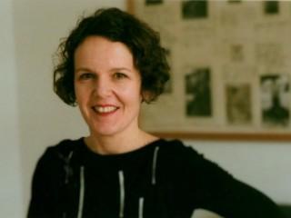 Auf diesem Farbfoto ist Lisa Wögenstein, Gründerin des Büros für Publikationen, zu sehen.