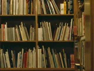 Das Farbfoto zeigt Bücherregale mit zahlreichen Publikationen